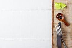 Kulinarny tła pojęcie Rocznik tnąca deska i pikantność, cutlety zdjęcie stock