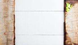 Kulinarny tła pojęcie Rocznik tnąca deska na białym drewnianym tle fotografia royalty free