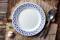 Kulinarny tła pojęcie Rocznik tnąca deska, talerz i cutlery, zdjęcie stock