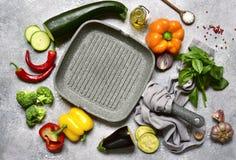 Kulinarny tło z kulinarną niecką, warzywami i pikantność, jeść zdrowo pojęcia Odgórny widok z kopii przestrzenią zdjęcia stock