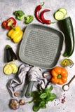Kulinarny tło z kulinarną niecką, warzywami i pikantność, jeść zdrowo pojęcia Odgórny widok z kopii przestrzenią zdjęcia royalty free