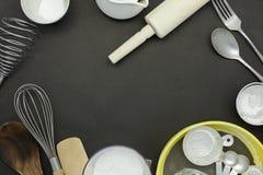 Kulinarny tło z mąki kropiącymi różnymi kuchni narzędziami fotografia stock