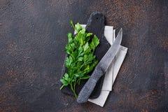 Kulinarny tło z nożem, pietruszką i tnącą deską, zdjęcie stock