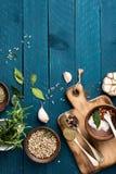 Kulinarny tło z pikantność na drewnianym stole zdjęcie stock