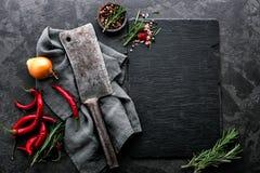 Kulinarny tło z pustą czerń łupku deską obraz stock