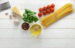 Kulinarny tło z surowymi składnikami dla makaronu przepisu na białym drewnianym tle zdjęcia royalty free