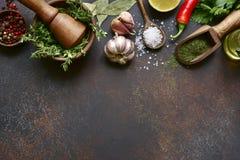 Kulinarny tło z wyborem pikantność, ziele i zielenie, Odgórny widok z kopii przestrzenią obraz stock