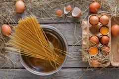 Kulinarny tło Wermiszel i jajka w kartonie, odgórny widok na nieociosanym drewnianym tle Obrazy Stock