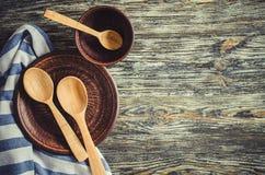 Kulinarny t?o z nieociosanym kitchenware na rocznika drewnianym stole obraz stock