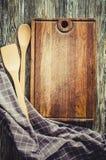 Kulinarny t?o z nieociosanym kitchenware na rocznika drewnianym stole fotografia royalty free