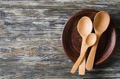 Kulinarny t?o z nieociosanym kitchenware na rocznika drewnianym stole zdjęcia stock