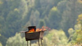 Kulinarny tradycyjny karmowy plenerowy w naturze, nieociosana kuchnia w wsi zdjęcie wideo