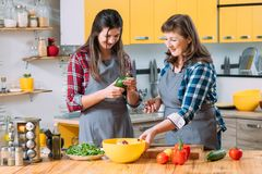 Kulinarny trendów zdrowie jedzenia Du Jour rodziny kucharstwo obrazy royalty free