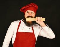 Kulinarny Włoski Karmowy pojęcie Szef kuchni z wiązką spaghetti zdjęcia stock