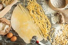 Kulinarny Włoski makaron lub kluski, Lay z mąką, jajka, pokrajać nóż Zdolność używać jako kulinarny tło, przepis obrazy stock