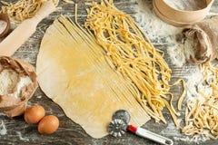 Kulinarny Włoski makaron lub kluski, Lay z mąką, jajka, pokrajać nóż Zdolność używać jako kulinarny tło, przepis obrazy royalty free