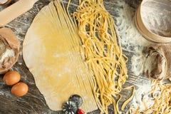 Kulinarny Włoski makaron lub kluski, Lay z mąką, jajka, pokrajać nóż Zdolność używać jako kulinarny tło, przepis obraz royalty free