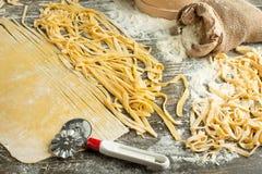 Kulinarny Włoski makaron lub kluski, Lay z mąką, jajka, pokrajać nóż Zdolność używać jako kulinarny tło, przepis obraz stock