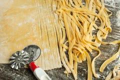 Kulinarny Włoski makaron lub kluski, Lay z mąką, jajka, pokrajać nóż Zdolność używać jako kulinarny tło, przepis zdjęcie royalty free