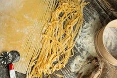 Kulinarny Włoski makaron lub kluski, Lay z mąką, jajka, pokrajać nóż Zdolność używać jako kulinarny tło, przepis fotografia royalty free