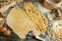 Kulinarny Włoski makaron lub kluski, Lay z mąką, jajka, pokrajać nóż Zdolność używać jako kulinarny tło, przepis zdjęcie stock