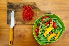 Kulinarny warsztat blisko sałatka wystrzelona w górę warzywa obraz stock