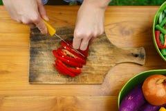 Kulinarny warsztat blisko sałatka wystrzelona w górę warzywa zdjęcie royalty free