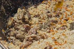Kulinarny wyśmienicie pilaf w kotle w świeżym powietrzu zdjęcia stock