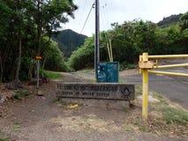 Kuliouou-Reservoir-Zeichen beim Anfang der Spur Stockbild