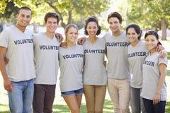 Kull för volontärgruppröjning parkerar in Fotografering för Bildbyråer