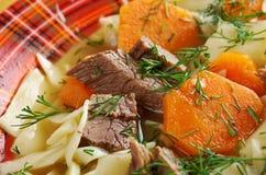 Kullama kokt kött med nudlar Arkivfoton