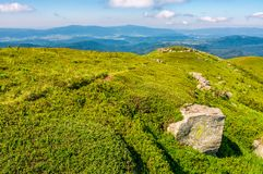Kullar av bergkanten med enorma stenblock Arkivfoto