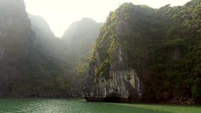 Kullar för pelare för Halong fjärdkalksten i Vietnam lager videofilmer
