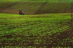 Kullar landskap med traktorbetafältet och himmel Fotografering för Bildbyråer