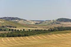 Kullar som omger område för Val D `-orcia i Tuscany Royaltyfri Fotografi