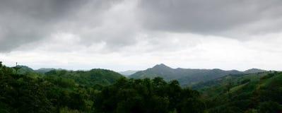 Kullarna i dimman trees för silhouette för morgon för dimmahusliggande Arkivfoto