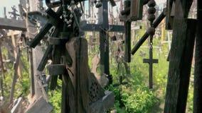 Kulle av kors, en unik monument av historia, en berömd plats av pilgrimsfärden i Litauen, Siauliai stock video