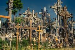 Kulle av kors i Litauen bredvid Siauliai arkivbild