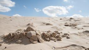 Kulle av sand som är berörd vid strålarna av solen på middagen Arkivfoto