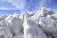 Kulle av snö och is i vår arkivbild