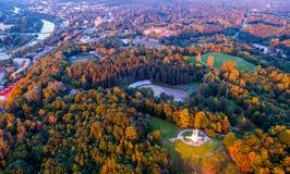 Kulle av tre kors och skog Fotografering för Bildbyråer