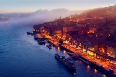 Kulle med den gamla staden av Porto, Portugal Arkivfoton