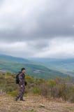 Kullefotgängareanseende i mitt av bergvildmarken royaltyfri fotografi