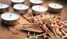 Kullematcher för stearinljusen på tabellen Royaltyfri Fotografi