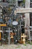 Kullen av kors är en plats av pilgrimsfärden om 12 km nord av staden av Å-iauliaien, i nordliga Litauen Arkivbild