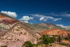 Kullen av sju färger Färgrika berg i Purmamarca, Jujuy, Argentina royaltyfri bild