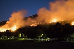 Kullen på brand precis ovanför grannskap parkerar under Kalifornien Brushfire royaltyfria foton
