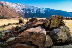 Kullen texturerade stenar på bakgrunden av den Altai bergdalen Altai berglandskap Fotografering för Bildbyråer
