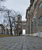 Kullersten går passerandet längs den Esztergom basilikan i Ungern royaltyfria bilder