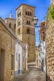 Kullerstengata i byn av Trujillo, i Caceres, Spanien royaltyfria foton